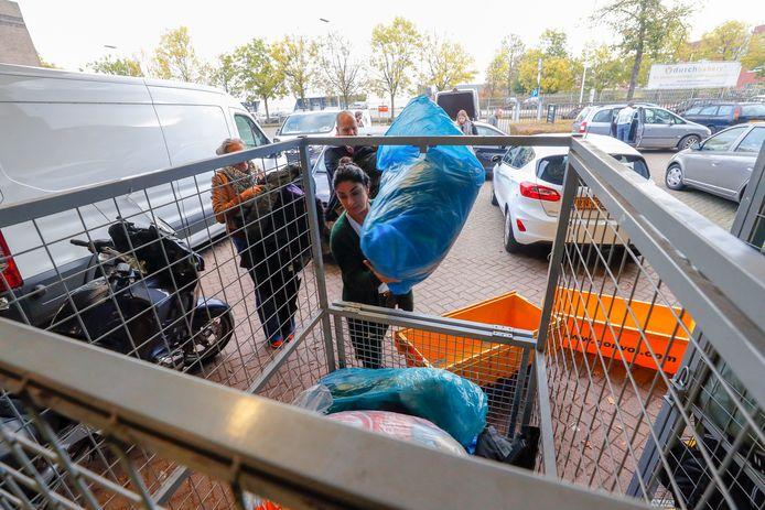 In Eindhoven werden donderdagochtend jassen uitgedeeld aan instellingen voor daklozen en armen.
