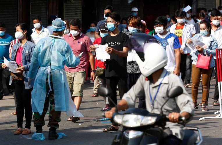 Nu er massaal getest wordt blijken er in Cambodja ineens heel veel coronagevallen te zijn, elke dag zo'n duizend nieuwe.  Beeld EPA