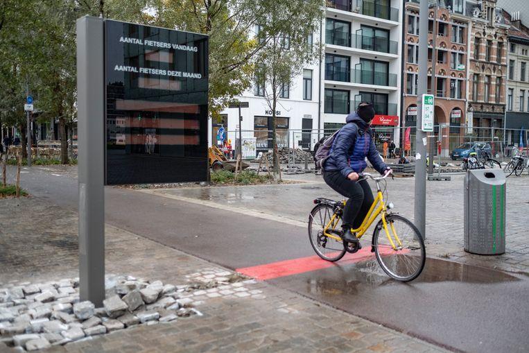 Aan de Londenstraat staat sinds eergisteren een nieuw fietsmeetpunt .