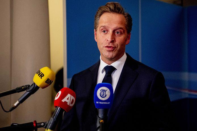 Coronaminister Hugo de Jonge staat de pers te woord na afloop van een kabinetsberaad over de coronacrisis.