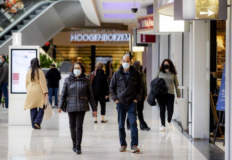 Winkelen gebeurt steeds vaker zonder afspraak. Ondernemers knijpen een oogje toe. Beeld ANP