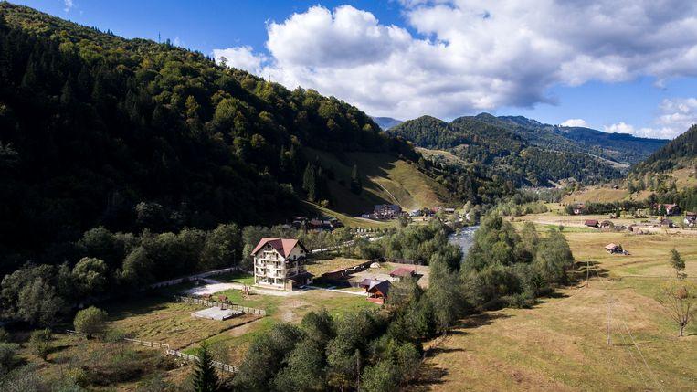 Drone-opname van een dorp in de Roemeens Dambovita Valley. Hier in de buurt staan een aantal observatiehutten, vanwaaruit beren kunnen worden gespot. Binnenkort ook bizons?    Beeld Julius Schrank