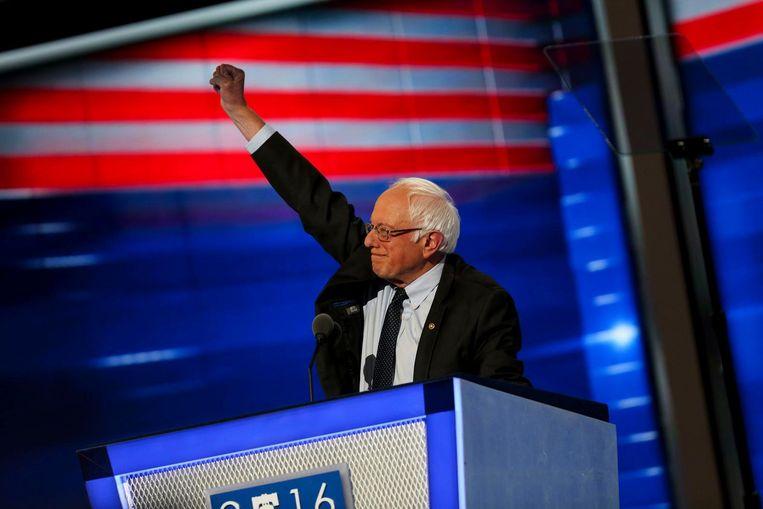 Bernie Sanders met zijn kenmerkende pose op het podium bij de Democratische conventie. Beeld photo_news