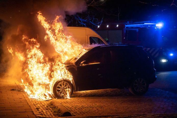 Een van de auto's staat flink in brand als de brandweer aankomt.