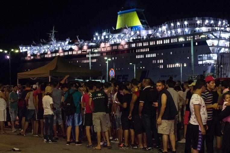Syrische vluchtelingen schuiven aan bij het cruiseschip Eleftherios Venizelos. Beeld EPA
