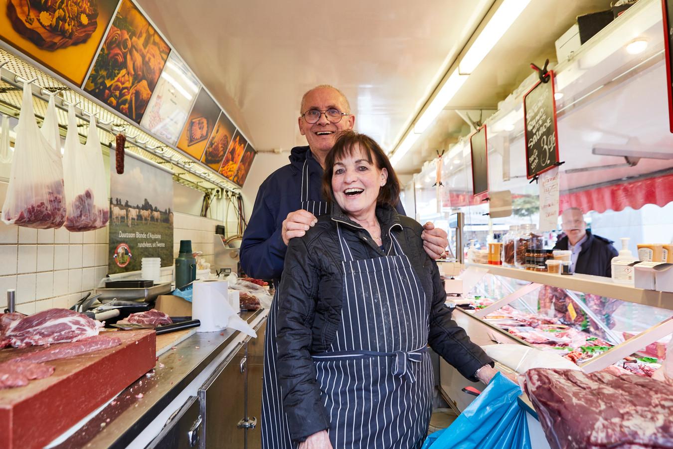 Ad en Gerry Jansen staan al 40 jaar elke dinsdagmorgen in Neede met hun marktslagerij.