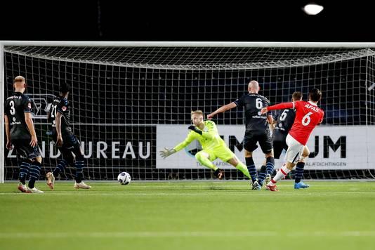 De Graafschap-doelman Jurjus kan de 1-0 van Peer Koopmeiners niet voorkomen.