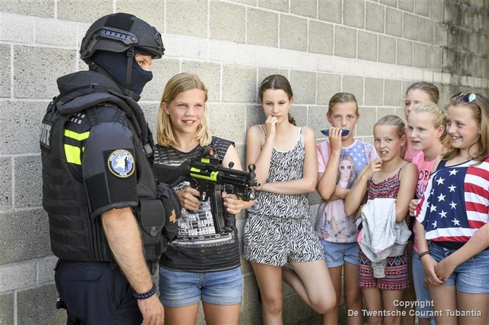 Even een echt machinegeweer vasthouden. Het maakte indruk op de basisschoolleerlingen