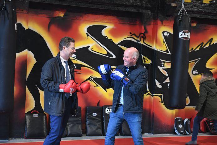 Schepen Johan Geleyns (CD&V) houdt zelf ook wel van een sportieve uitdaging. Hier gaat hij een partijtje boksen met partijgenoot Dirk Vansina.