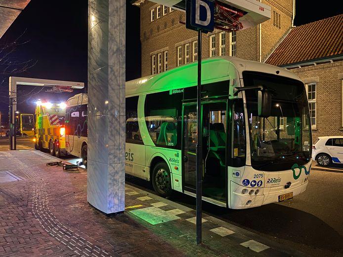 Een bus die eerder deze week stilviel tijdens het laden op station Deventer.