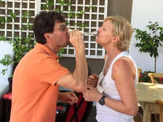 Dirk en Ann op hun reis in Zuid-Afrika met de Wedding Cup. Volgens de traditie mogen ongehuwden, die samen zonder morsen kunnen drinken, met elkaar trouwen.