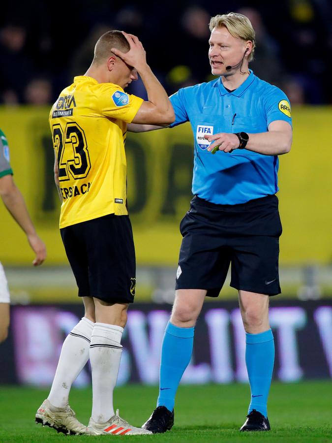 Kevin Blom informeert bij Alex Gersbach of alles goed met hem gaat tijdens NAC - FC Groningen (0-0) van vorig seizoen.