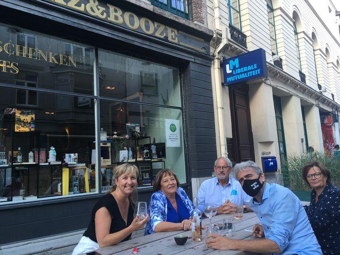 Op de terrassen zat er wel volk, hier bij Bookz&Booze in de Hoogpoort