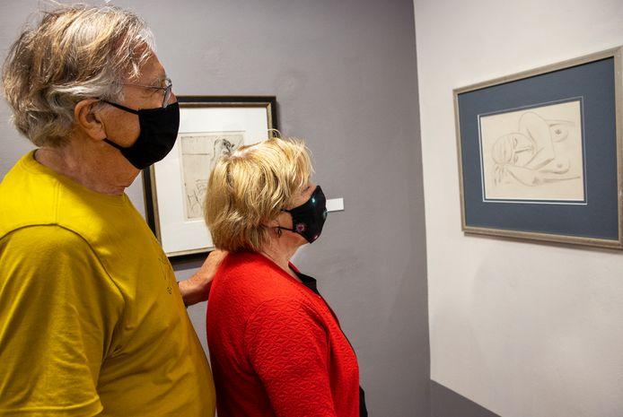 Hans Winkel en Marion de Haan uit Amsterdam kijken in museum De Wieger in Deurne naar de tekenkunst van Leo Gestel.
