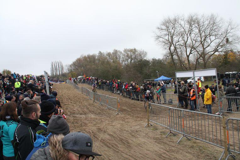 Veel volk langs het parcours.