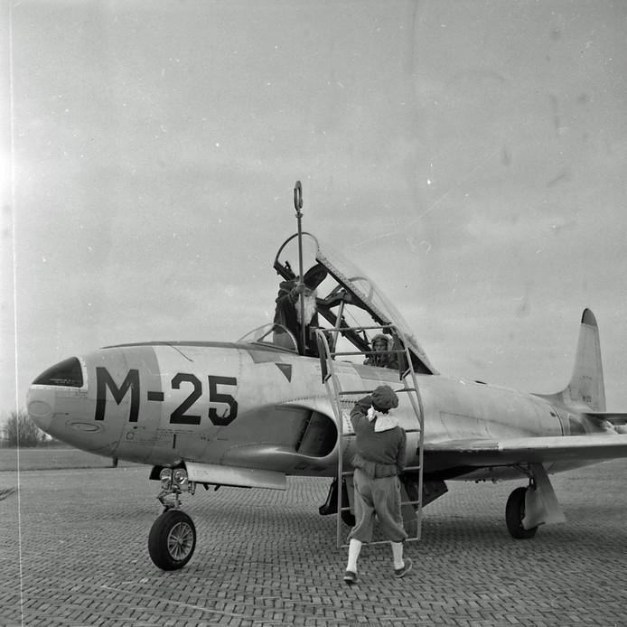 Sinterklaas komt in 1960 per vliegtuig aan in Eindhoven