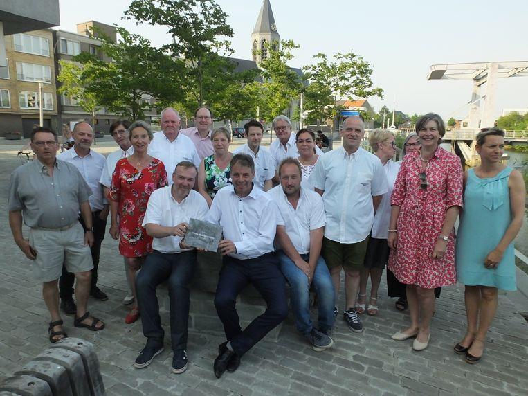 Het comité van de Heilig Bloedprocessie met het stadsbestuur van Deinze. Burgemeester Jan Vermeulen kreeg het eerste exemplaar van het fotoboek.