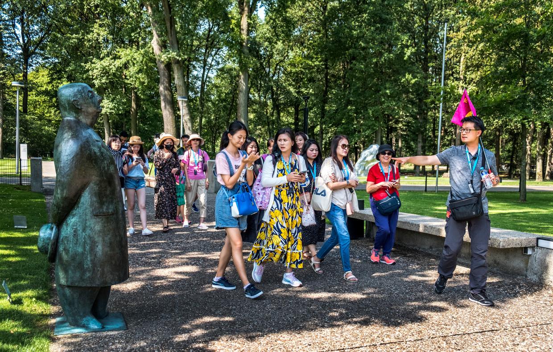 Aziatische toeristen in park de Hoge Veluwe. Beeld Raymond Rutting / de Volkskrant