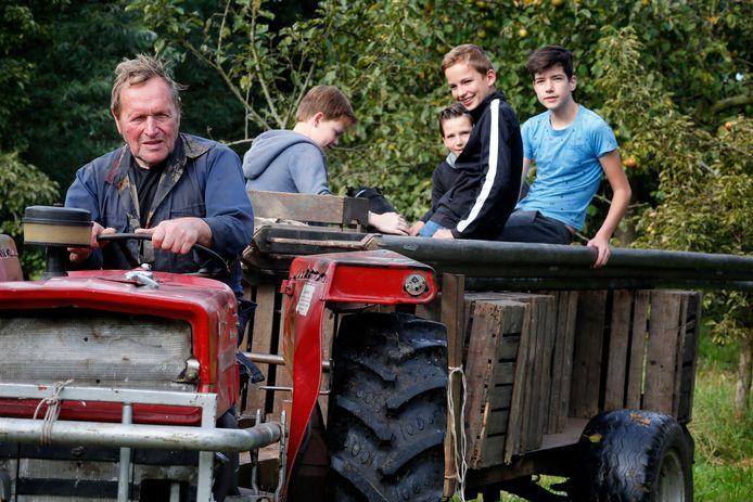 Wim Scherpenzeel op de trekker, op de kar zitten de tieners die hem geregeld meehelpen.
