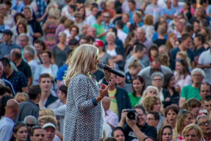 Geen Levenslied zonder Corry Konings. De Tilburgse zangeres deed álle 28 edities van het Levenslied aan en staat ook dit jaar weer op het podium aan de voet van de Katterug.