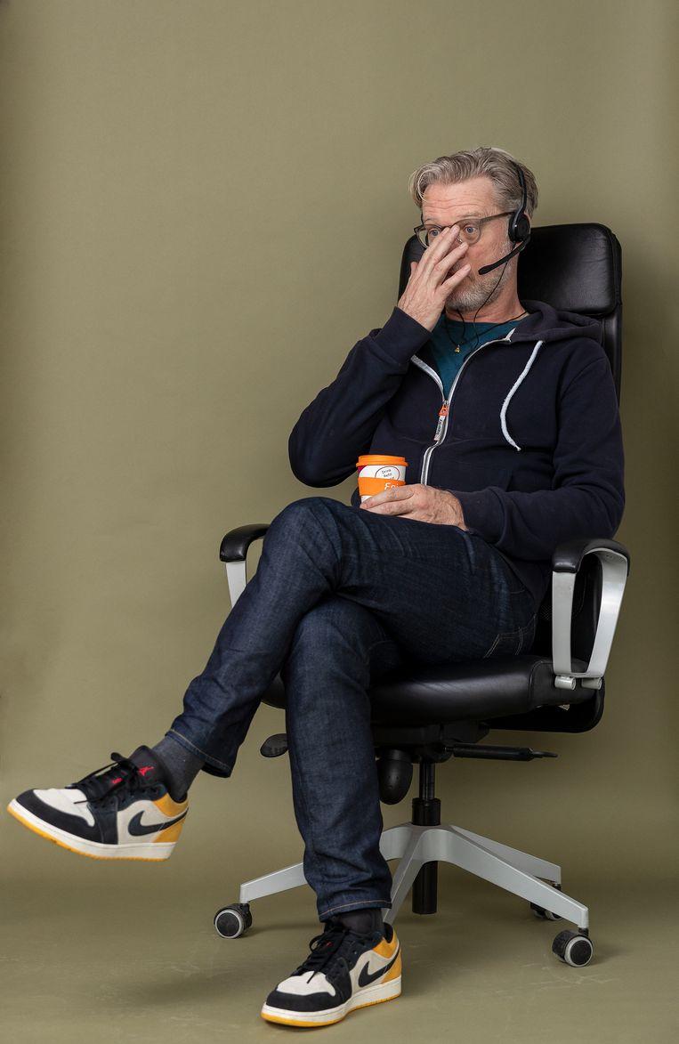 Jeroen van Bergeijk als callcentermedewerker. 'Goedemorgen, met Jeroen, waarmee kan ik u helpen?' Beeld Jiri Büller