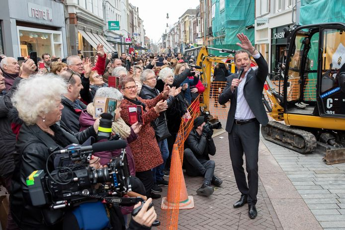 Opnames van de nieuwe clip 'Graven naar goud' van John de Bever op de hoek van de Hinthamerstraat en de Markt in Den Bosch.