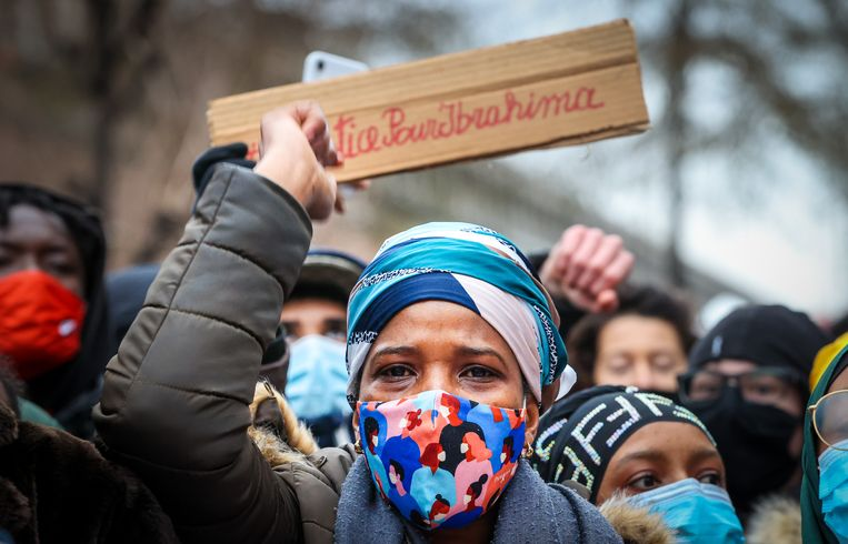 Justice pour Ibrahima, staat er op het bordje dat de moeder van Ibrahima B. droeg op een betoging begin dit jaar. De 23-jarige jongen stierf na een politie-interventie. Beeld BELGA