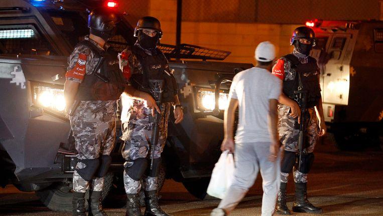 Jordaanse militairen bij de Israëlische ambassade in Amman na de schietpartij daar. Beeld epa