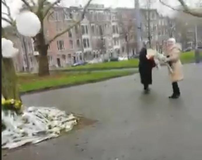 Vrouwen nemen bloemen mee van de gedenkplek