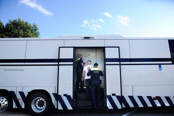 De cellenbus biedt normaliter ruimte aan 28 arrestanten, maar door corona zijn dat er tijdelijk minder.