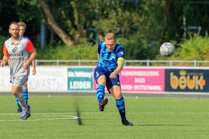 Forum Sport-speler Mike de Graaf schiet van net over de middenlijn , maar zijn poging eindigt op de lat.