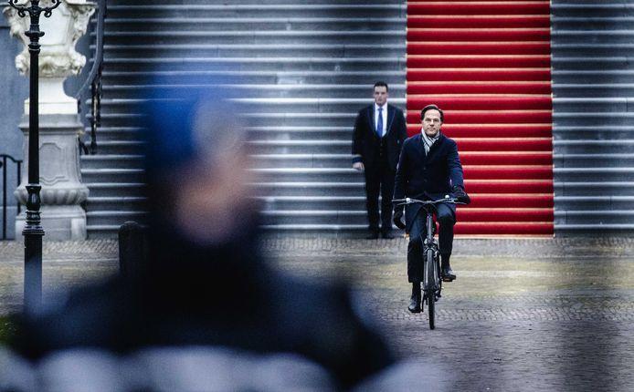 Premier Rutte fietst half januari weg bij Paleis ten Bosch, nadat hij het ontslag van zijn kabinet heeft aangeboden. Het kabinet besloot op te stappen vanwege de toeslagenaffaire, die naar nu blijkt ook 33 gezinnen in Etten-Leur heeft getroffen.