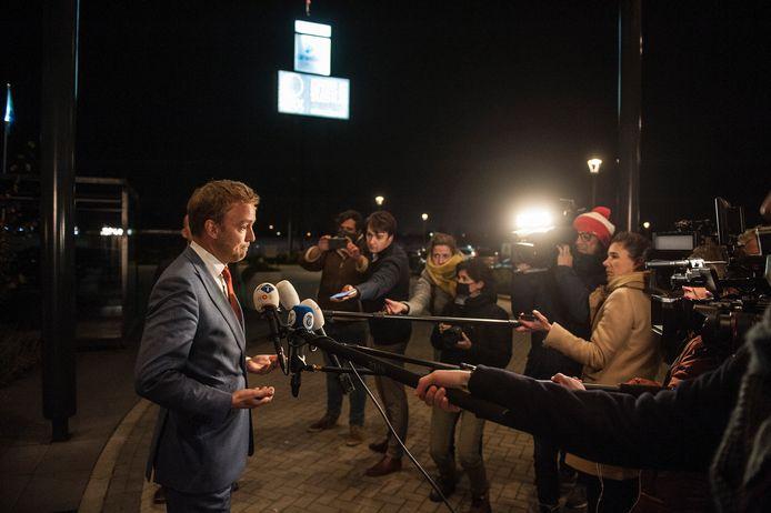 Lennart van der Linden geeft tekst en uitleg aan de pers na het crisisberaad in Tiel.