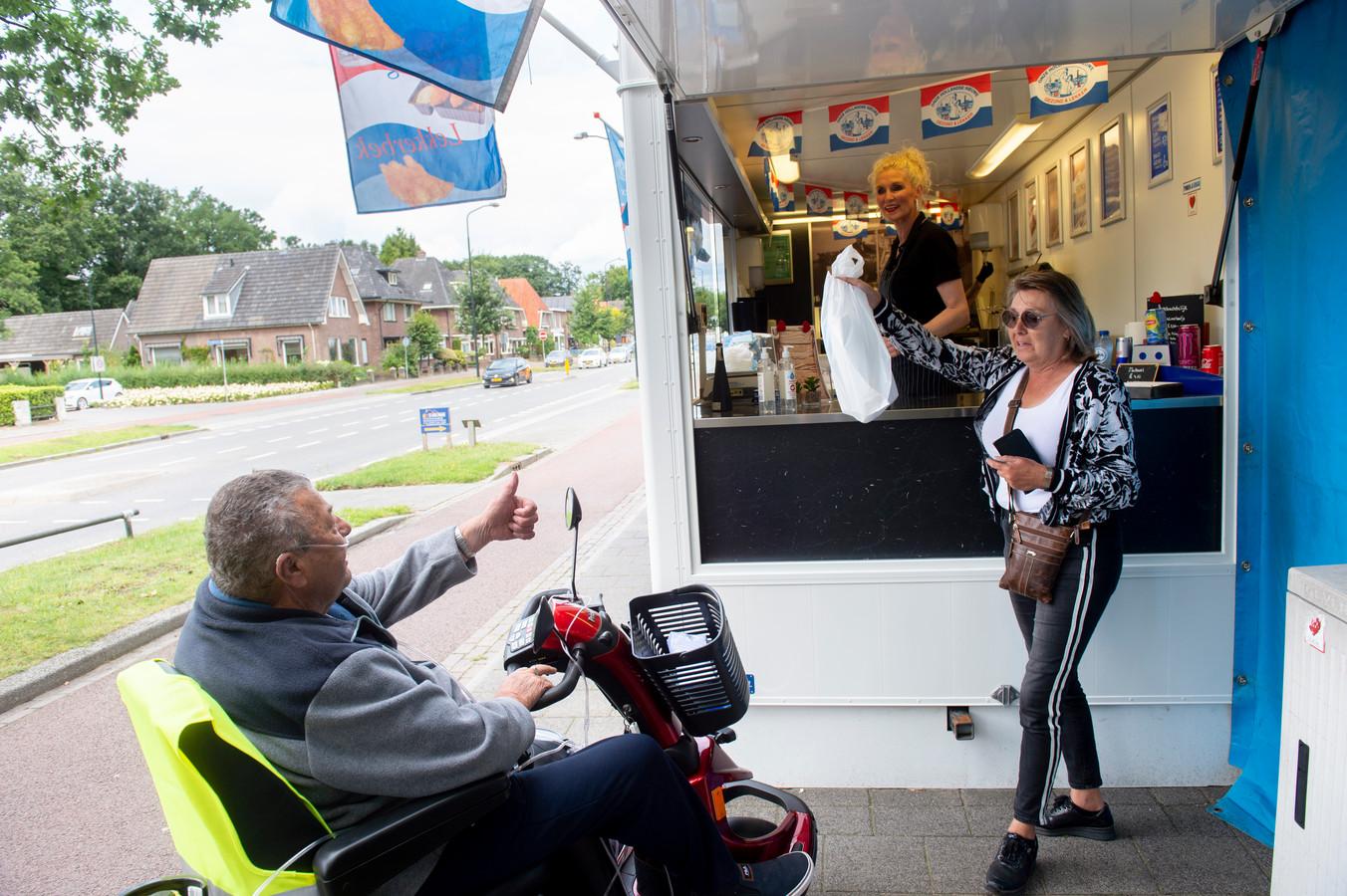 Chiel Schouten (links) krijgt na een maand voor het eerst weer een bestelling aangereikt.