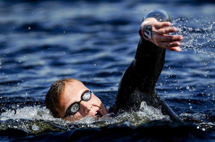 Ferry Weertman in actie op de 10km open water tijdens de Europese kampioenschappen zwemmen (2019) in Loch Lomond in Glasgow.