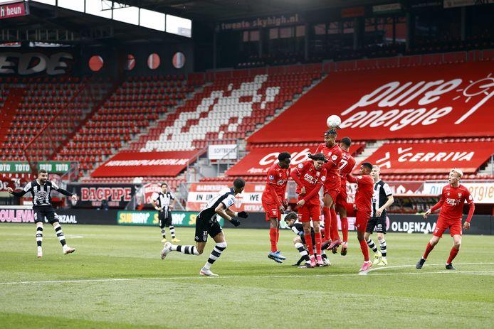 Rai Vloet was opnieuw van grote waarde voor Heracles. Hier neemt hij diep in blessuretijd het doel van FC Twente onder vuur.