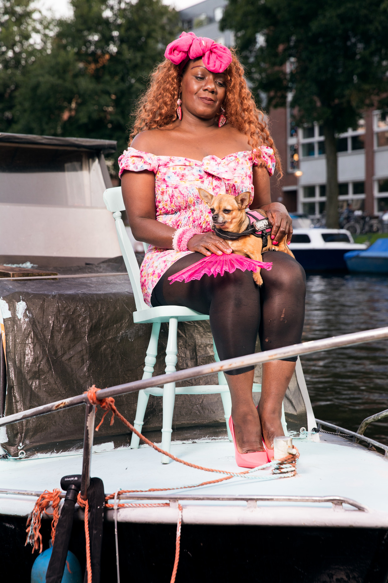 Bianca Landvreugd (en hond Bella), die  op een boot slaapt zolang ze geen huis kan vinden. Beeld GINO KLEISEN
