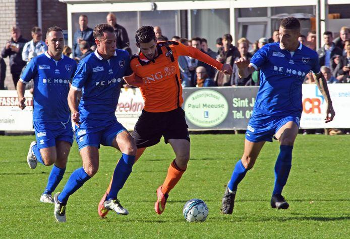 FC Axel (blauw tenue) krijgt versterking.