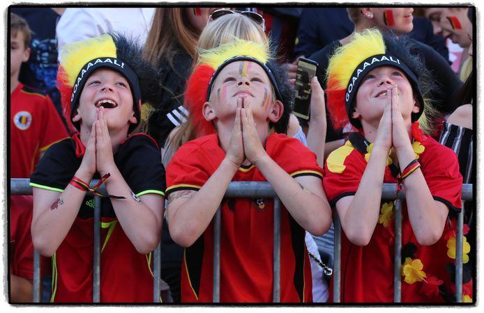 Deze drie mini-Kevin De Bruynes bidden tot de voetbalgoden op het Schouwburgplein in 2018. Toen haalden we de halve finale. Het mag dit jaar nog iets meer zijn...