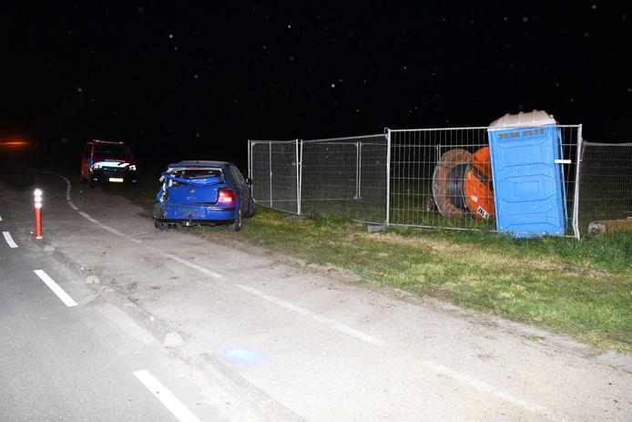De auto raakte een houten boerderijkraam en een muurtje.