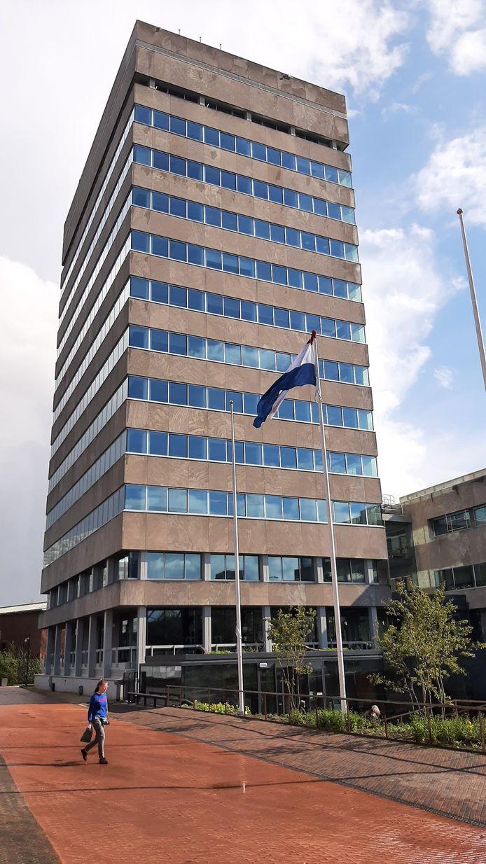 De vlag bij het stadhuis.