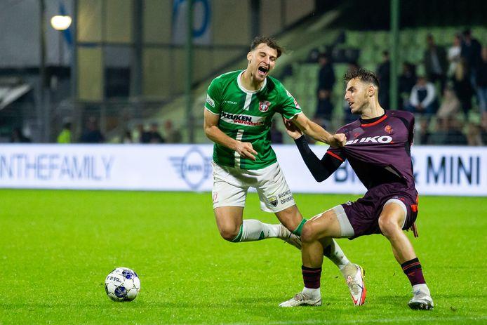 FC Dordrecht-spits Stijn Meijer gaat over de knie bij Özgür Aktas. Uitgerekend de voormalig speler van FC Dordrecht bezorgde Telstar de eerste zege van het seizoen.