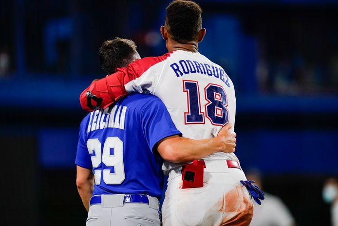 Honkballiefde. Alon Leichman van Israël geeft Julio Rodriguez van Dominikaanse Republiek een knuffel.