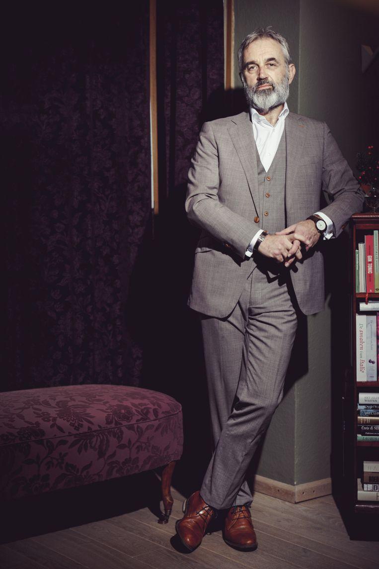 'Het is niet omdat je een pak draagt dat je verstandige praat uitkraamt, maar het geeft je toch iets meer.' Beeld © Stefaan Temmerman
