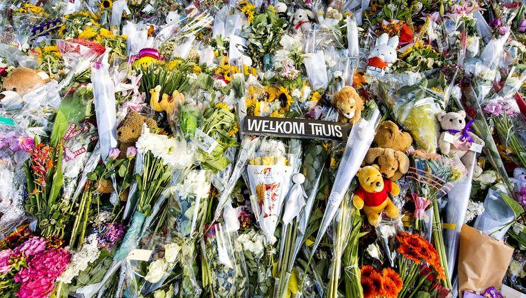 De bloemenzee ter nagedachtenis aan de slachtoffers van vlucht MH17 op luchthaven Schiphol. Beeld anp