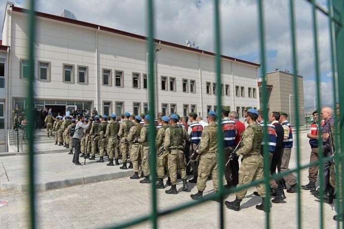 De gearresteerde Turkse soldaten.