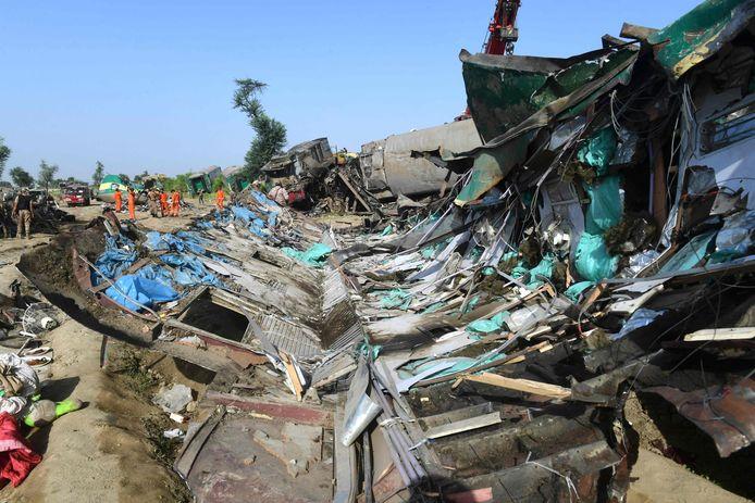 Het treinwrak na het ongeluk in Pakistan. (Asif Hassan / AFP)