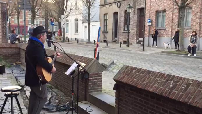 Tom Van Damme met zijn micro en gitaar, en de rest van de straat zingt mee