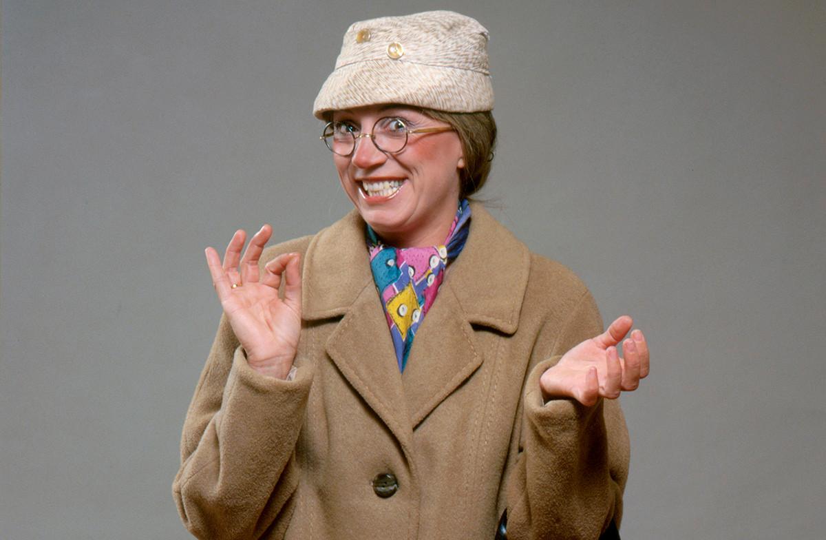 Actrice Corrie van Gorp (1942) als Mevrouw De Bok, een van haar typetjes in de André van Duinshow. Nederland, ca.1965.