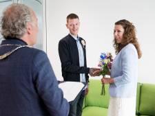 Isa en Vincent als eerste getrouwd in nieuw gemeentehuis